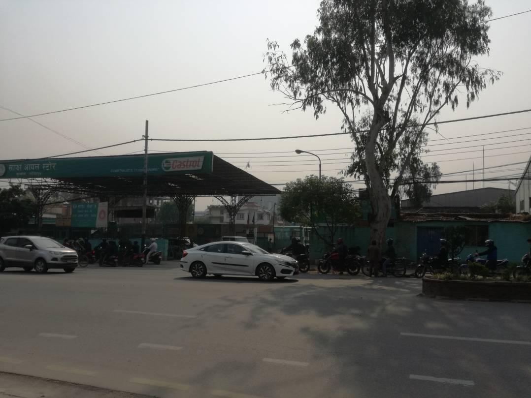 村に帰るため、行動規制中の急用時のため、ガソリンスタンドに長蛇の列