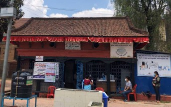 寺や集会場などがある広場の施設を使った接種会場