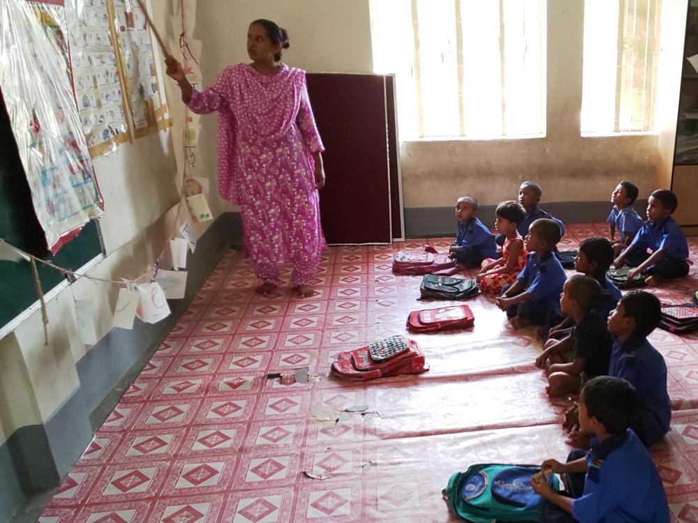 教室で学ぶ子どもたち