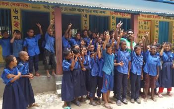 ディナジプール県の学校に通う子ども達