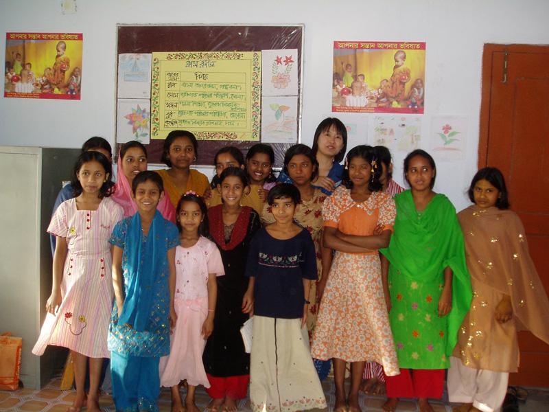 支援センターにて、家事使用人として働く少女たちと藤岡さん(最後尾右から2番目)