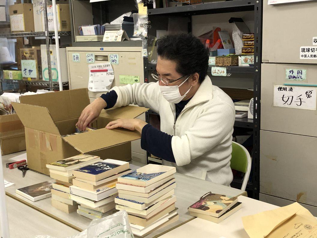 東京事務所に届くたくさんの物品寄付を開封する作業しています