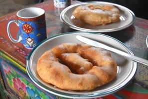朝食は小麦粉、水、砂糖混ぜて練った生地を揚げたチベタンブレッド
