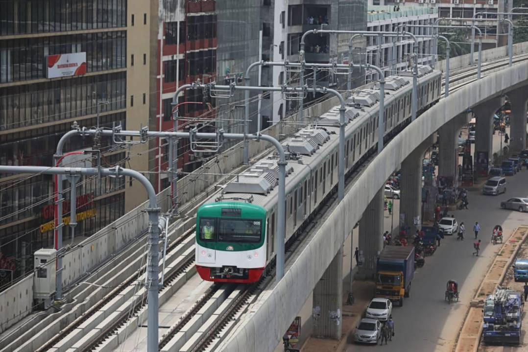 ダッカを走る電車(Dhaka Tribuneより画像拝借)