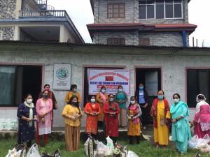Producers in WSDO 食料を受け取る生産者の女性たち(右から3番目が代表のラムカリさん)