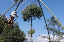 ブランコに乗って天まで願いが届きますように。ダサイン中には竹製のブランコが現れます。