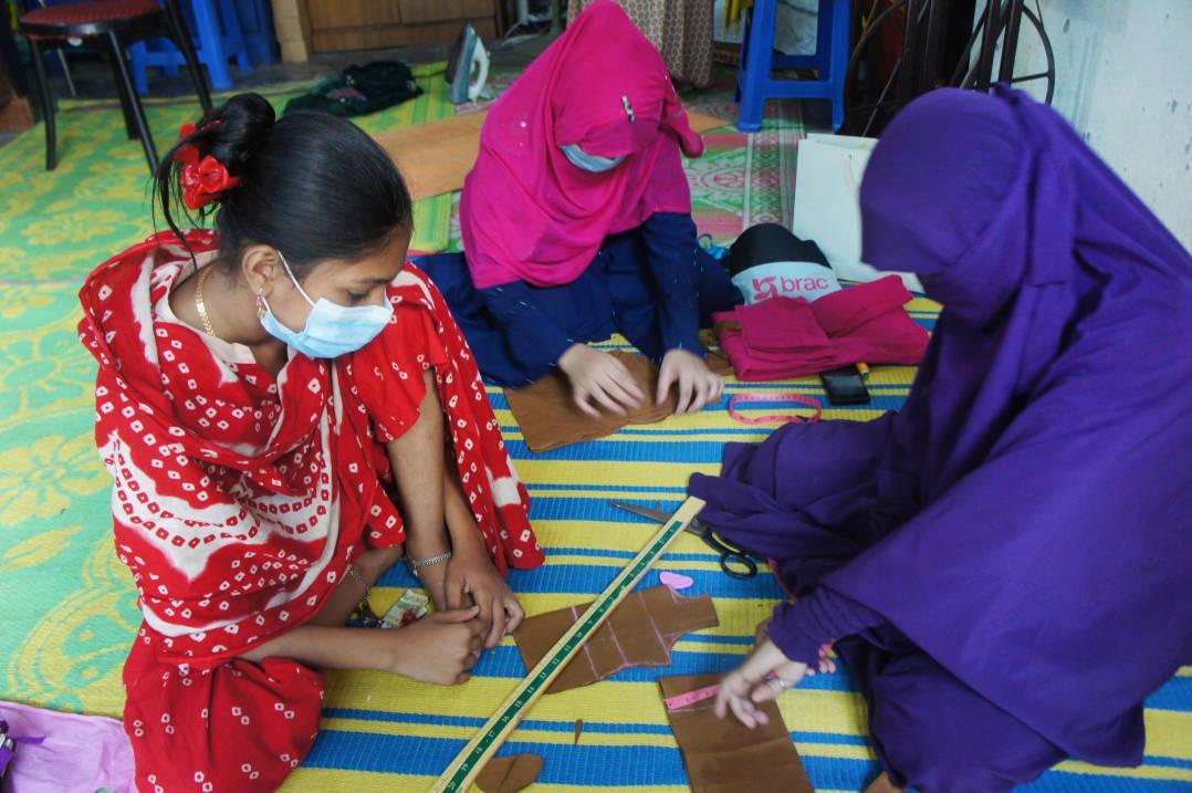センターで縫製の研修を受ける少女達
